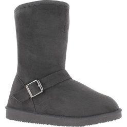 Kozaki w kolorze antracytowym. Czarne buty zimowe damskie marki Kazar, z futra, przed kolano, na wysokim obcasie, na koturnie. W wyprzedaży za 129,95 zł.