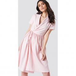 Kristin Sundberg for NA-KD Kopertowa sukienka midi - Pink. Brązowe sukienki mini marki Mohito, l, z kopertowym dekoltem, kopertowe. W wyprzedaży za 48,59 zł.