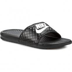 Klapki NIKE - Benassi Jdi 343881 011 Black/White. Czarne chodaki damskie Nike, w paski, z tworzywa sztucznego. Za 99,00 zł.