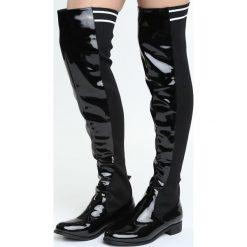 Czarne Kozaki My Energy. Czarne buty zimowe damskie marki Born2be, z lakierowanej skóry, z okrągłym noskiem, na płaskiej podeszwie. Za 129,99 zł.