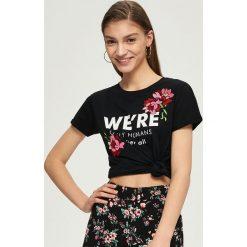 T-shirty damskie: T-shirt z kwiatowym haftem – Czarny