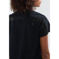 Under Armour GRAPHIC Tshirt z nadrukiem black. Czarne topy sportowe damskie marki Under Armour, xs, z nadrukiem, z bawełny. W wyprzedaży za 148,85 zł.