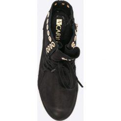 Carinii - Botki. Czarne botki damskie skórzane Carinii, z okrągłym noskiem, na koturnie, na sznurówki. W wyprzedaży za 219,90 zł.