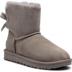 Buty UGG - W Mini Bailey Bow II 1016501  W/Sel. Szare buty zimowe damskie marki Ugg, z materiału, z okrągłym noskiem. Za 839,00 zł.