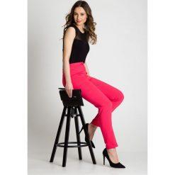 Klasyczne spodnie w kant w kolorze koralowym BIALCON. Czerwone spodnie z wysokim stanem marki BIALCON, na co dzień, oversize. Za 189,00 zł.