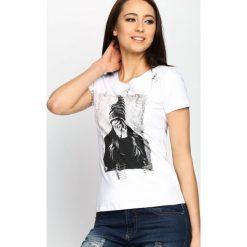 Biały T-shirt Agrapha. Białe t-shirty damskie Born2be, l, z aplikacjami, z okrągłym kołnierzem. Za 49,99 zł.