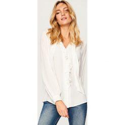Koszula z wiązaniem przy szyi - Biały. Białe koszule wiązane damskie marki Reserved. Za 119,99 zł.